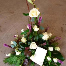 Rosenpyramid begravningsblommor