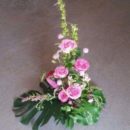 ROSENGÅRD Stående begravningsarrangemang rosa rosor