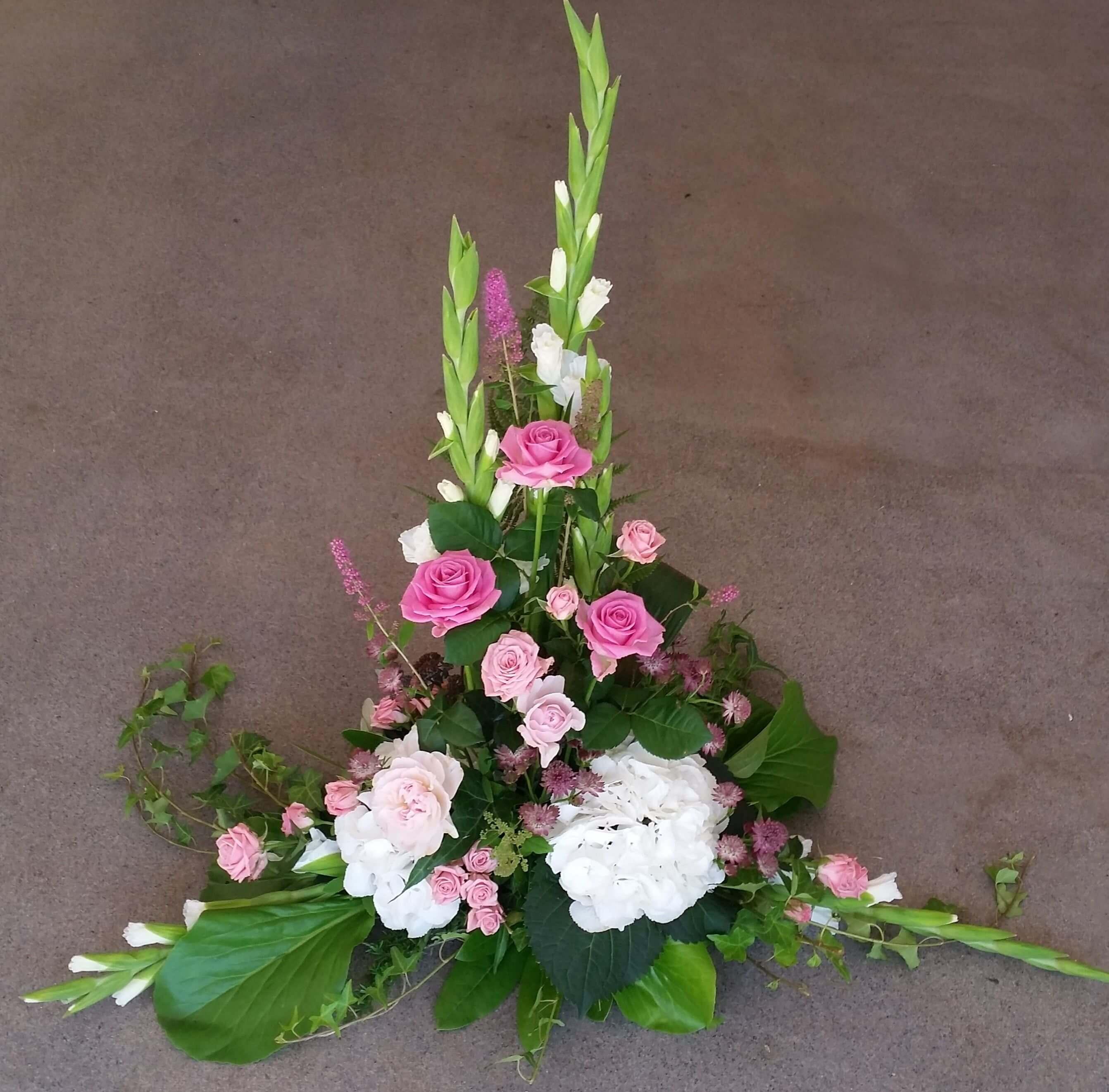 Somrig rossvit begravningsbukett