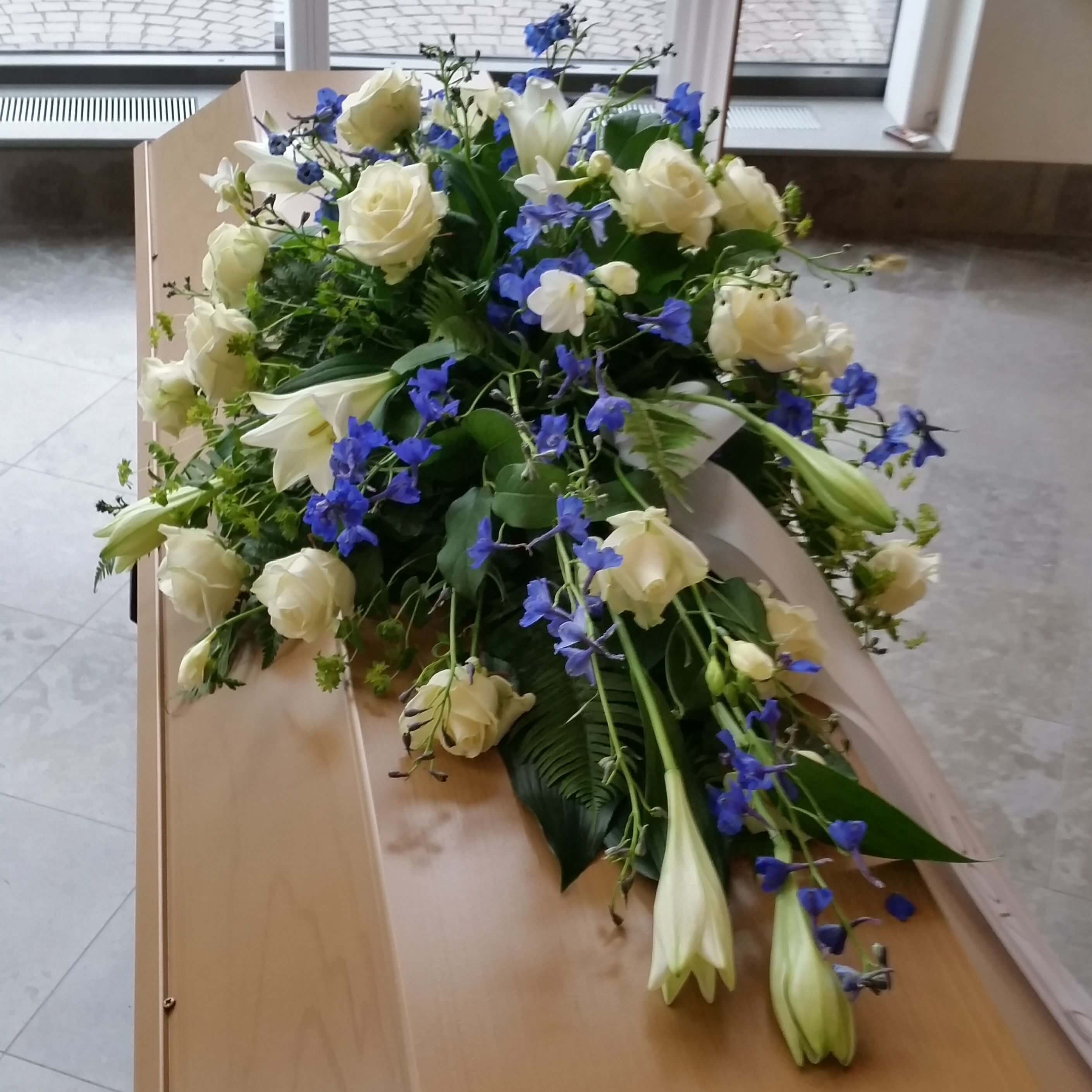 Delphinium Kistdekoration blå begravningsblommor