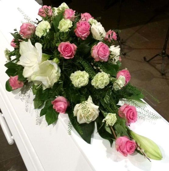 HJÄRTEVÄN Kistdekoration begravningsblommor rosor