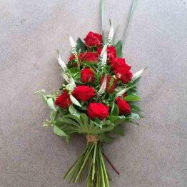 rosenröd sorgbukett med rosor