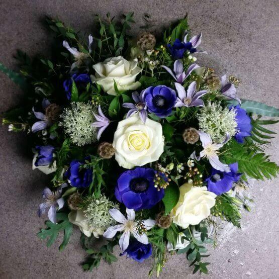 djupblå begravningsblommor