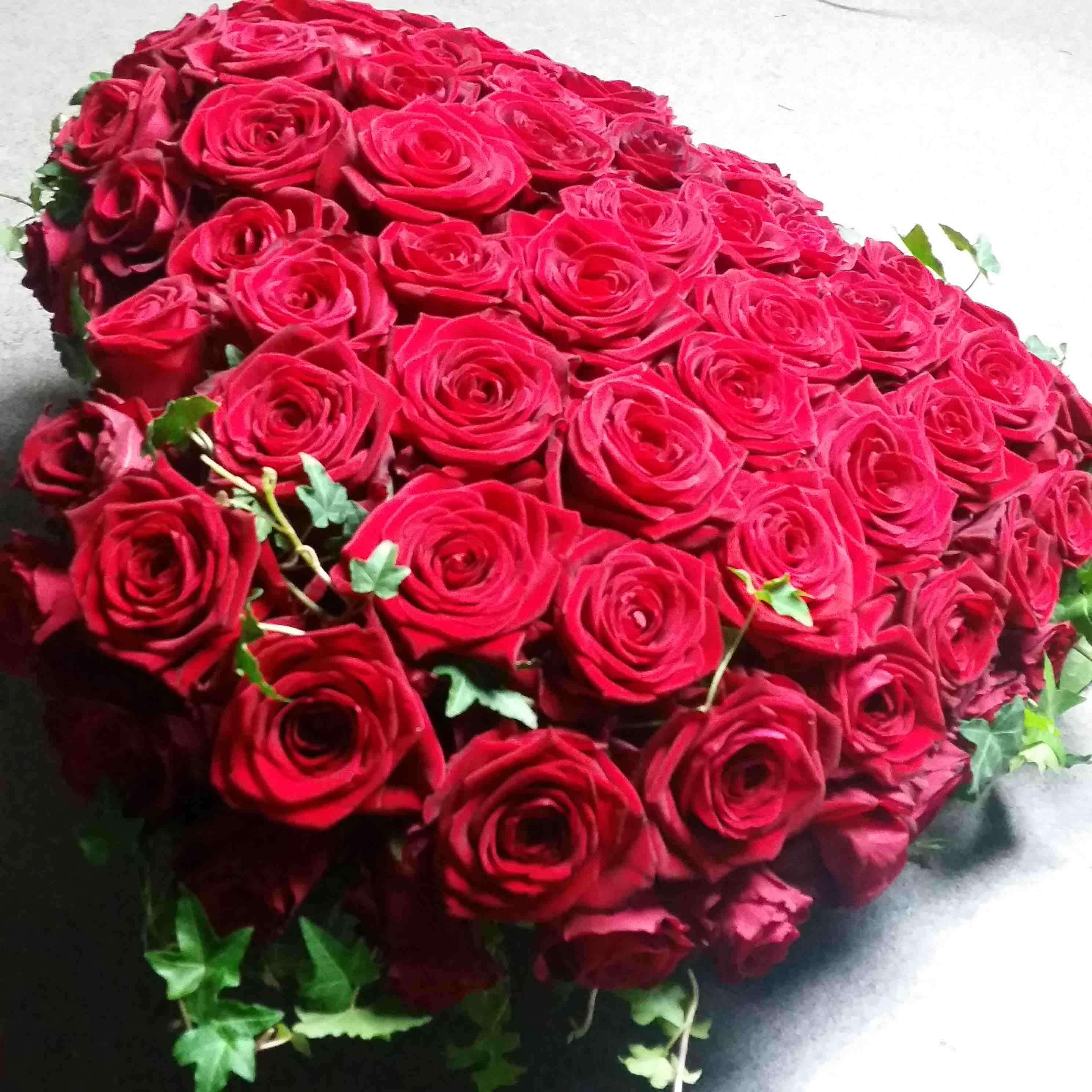 Beställa begravningsblommor Hjärta med rosor