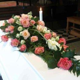 famnen full av rosor kistdekoration