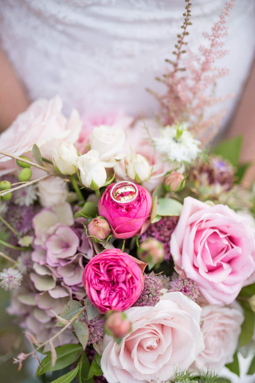 brudbukett i rosa - Foto Lisa-Marie Chandler