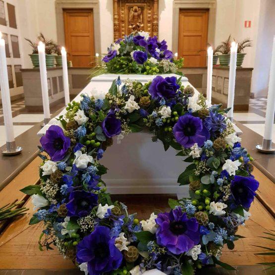 krans till begravning blå blommor