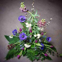 vårlökar med begravningsblommor i blått