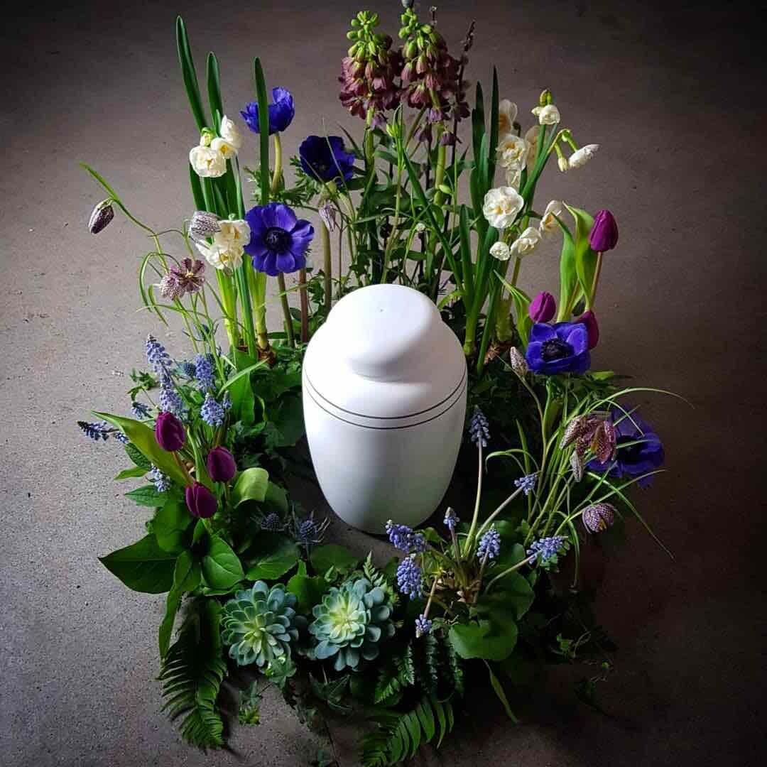 Vårlökar urnkrans - begravningsblommor till urna