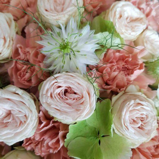 små rosor i begravningshjärta