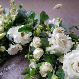 krans till begravning med prärieklockor