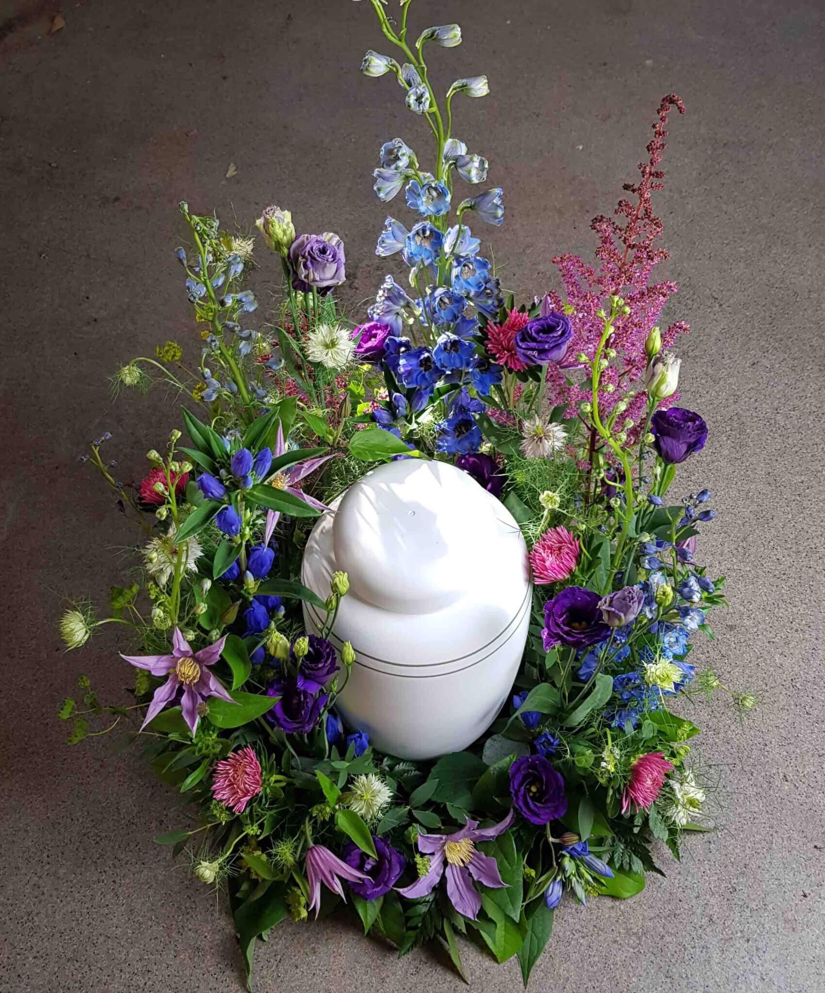 Urnkrans blomsteräng i lila