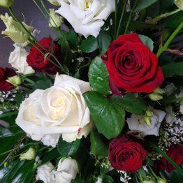 begravningsbukett med rödvita blommor