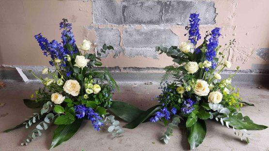 begravningsblommor med riddarsporre