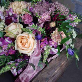 Begravningskrans med romantiska blommor
