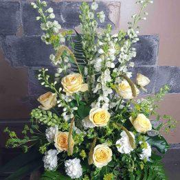 Hög dekoration med gula rosor