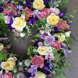 hjärta till begravning med ängsblommor