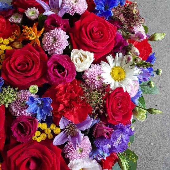 hjärta till begravning med färgglada blommor