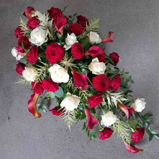 kistdekoration med röda blommor