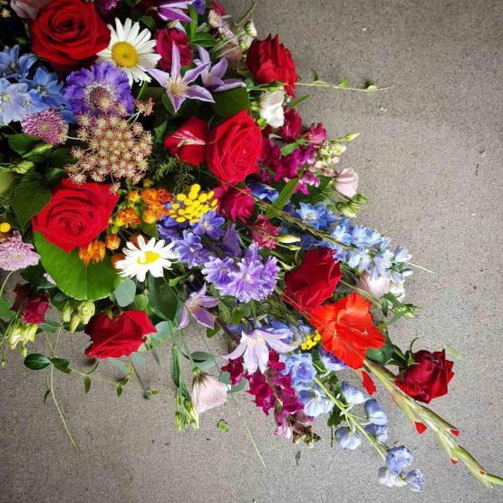 kistdekoration med färgglada blommor