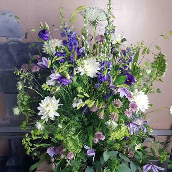 begravningsdekoration med ängsblommor i lila