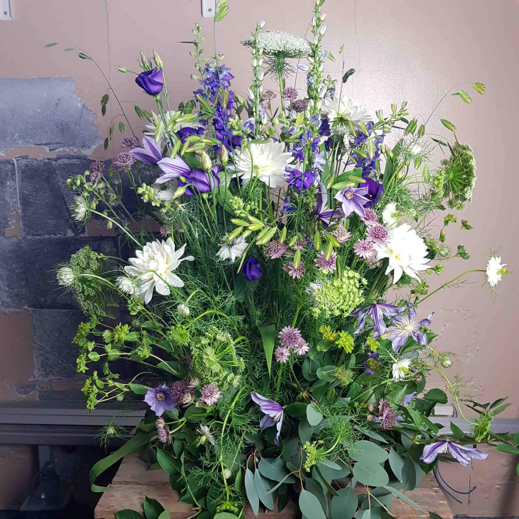 hög dekoration till begravning