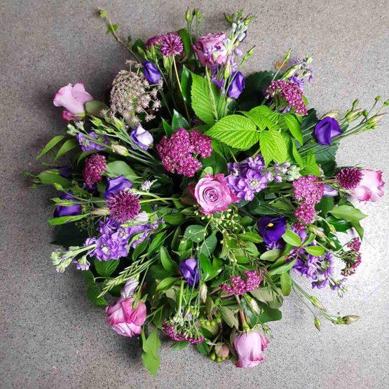 lila begravningsbukett