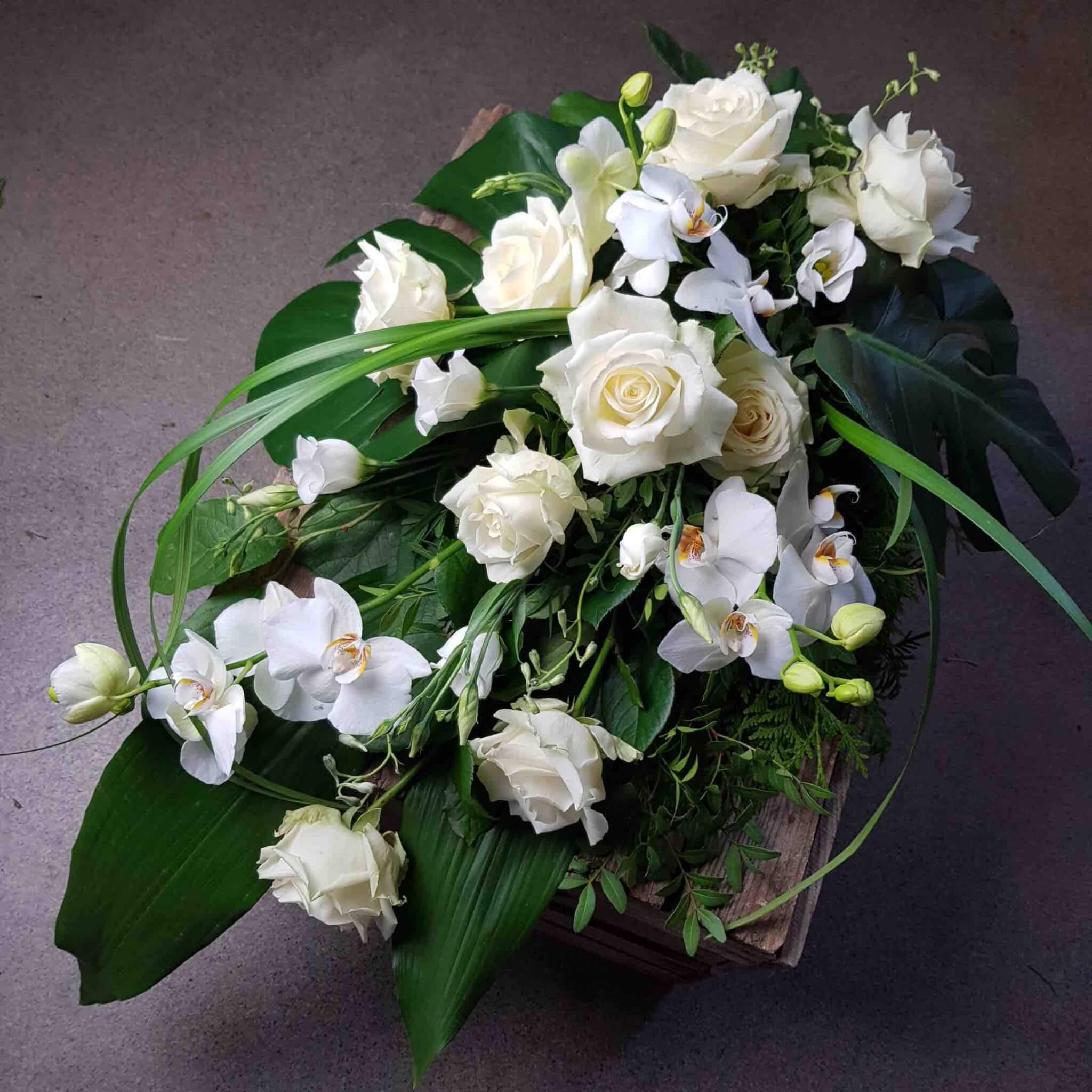 sorgbukett till begravning med vita blommor