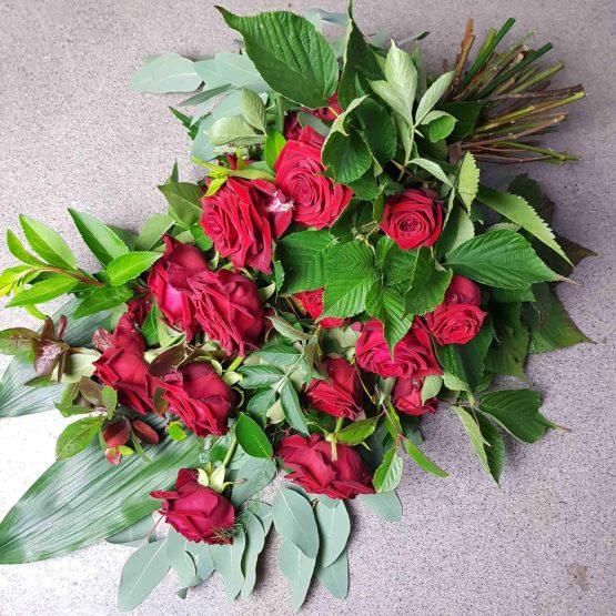 bukett till begravning med röda rosor