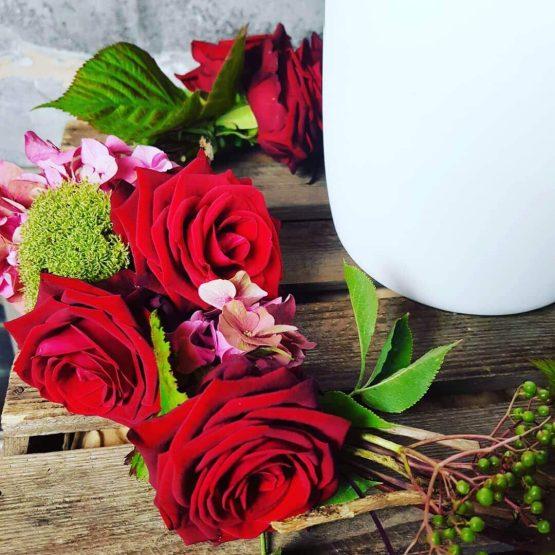 urnkrans med röda rosor