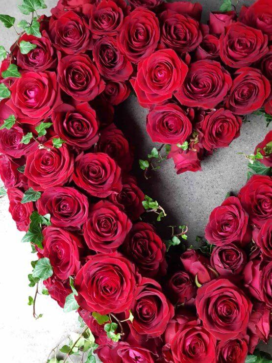 stort hjärta med röda rosor