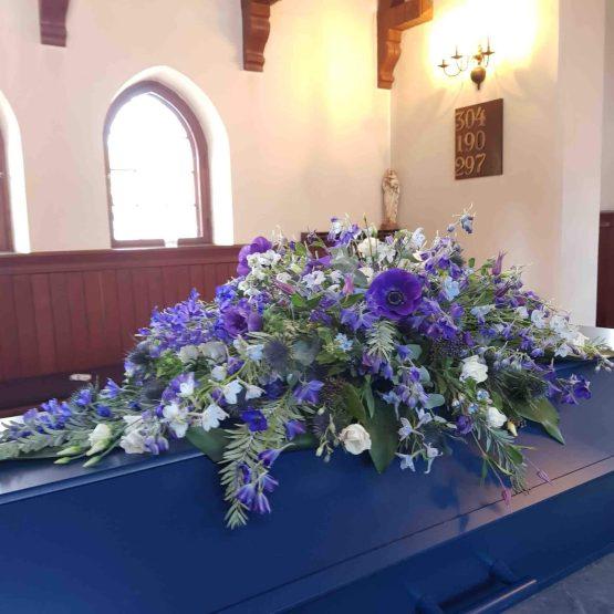 Kistdekoration med blå blommor