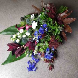 Bukett till begravning i vinrött och blått