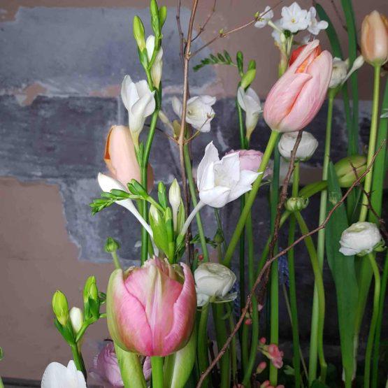 begravningskrans med vårblommor