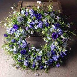 begravningskrans med blå blommor