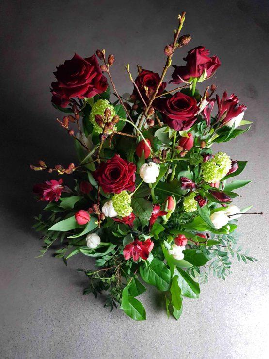 Blommor till begravning i rött
