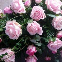 kistdekoration med rosa rosor