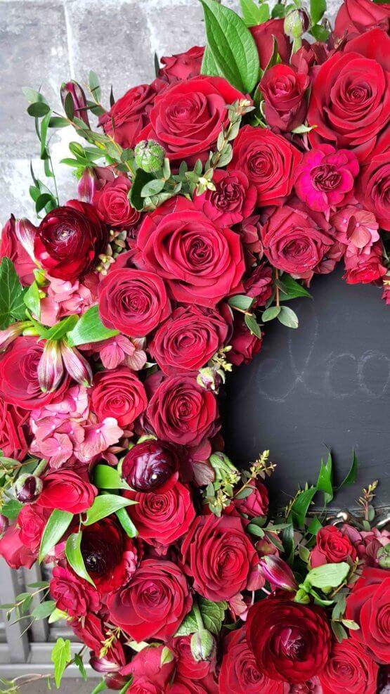 begravningskrans med röda rosor
