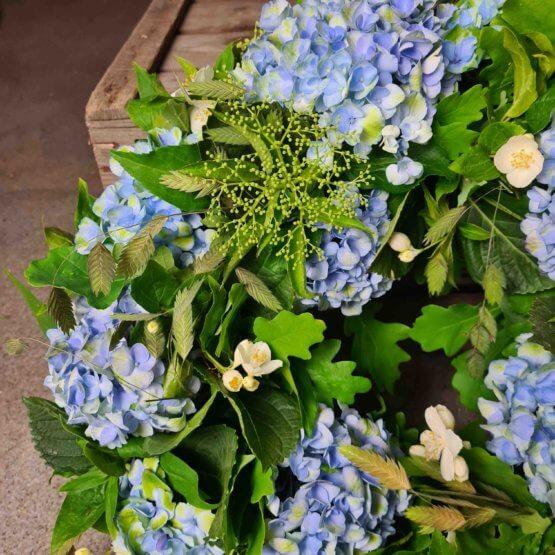 beravningskrans med blå hortensia