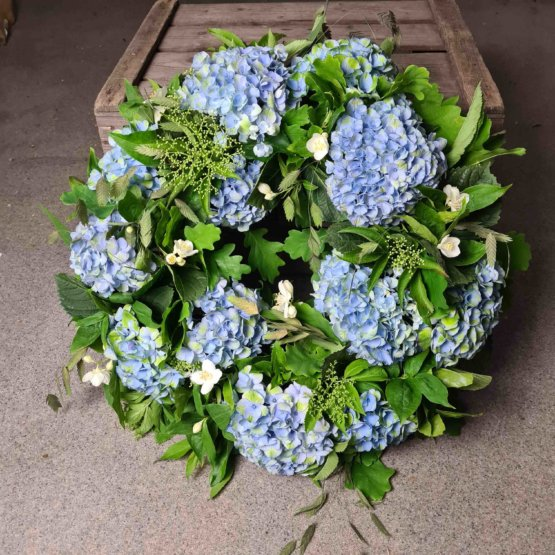begravningskrans med blå hortensia