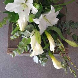 bukett till begravning i vitt