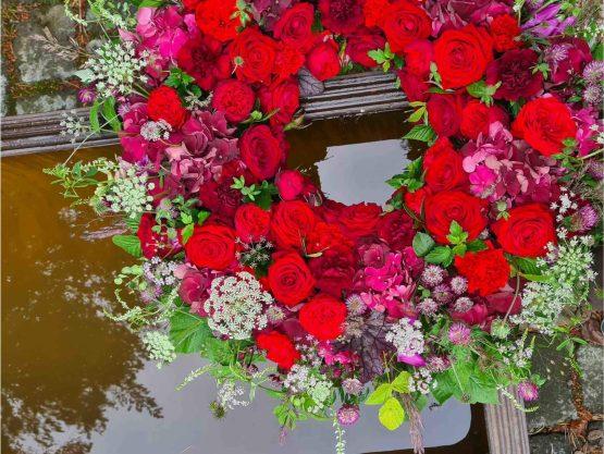 begravningskrans i rött