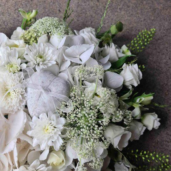 hjärta till begravning i vitt