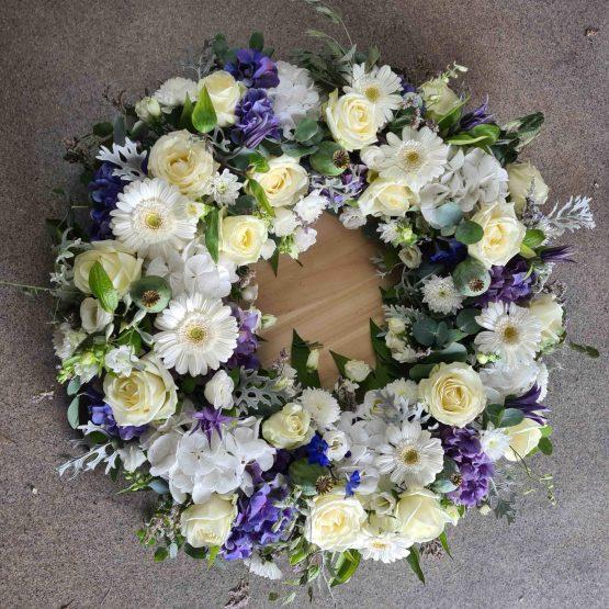 begravningskrans i vitt och lila