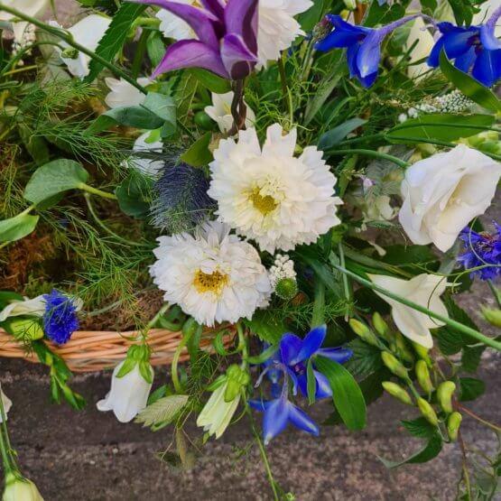 korg med blommor