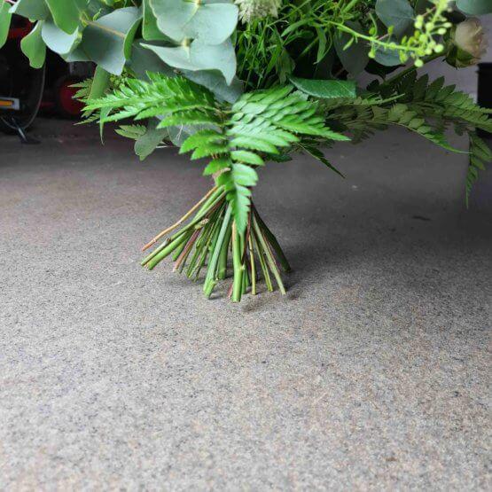 begravningsbukett med kvistrosor