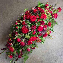 röd kistdekoration till begravning