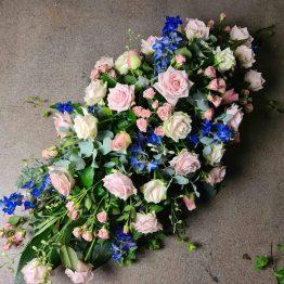kistdekoration i rosa och blått