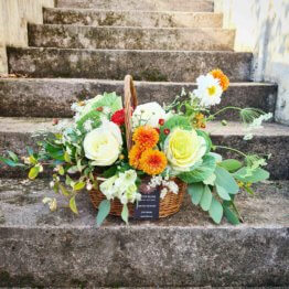 korg med blommor till begravning
