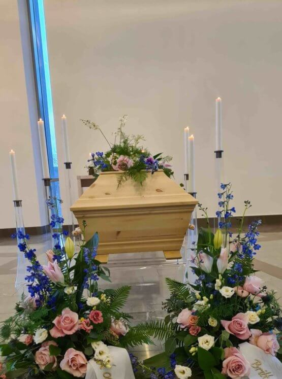 begravningsblommor på kista